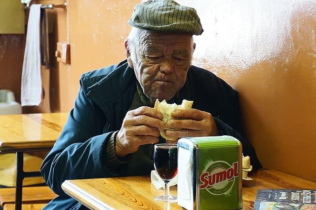 ancianos que comen mucho