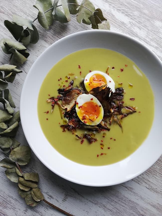 Crema de verduras de temporada con alcachofa y huevo